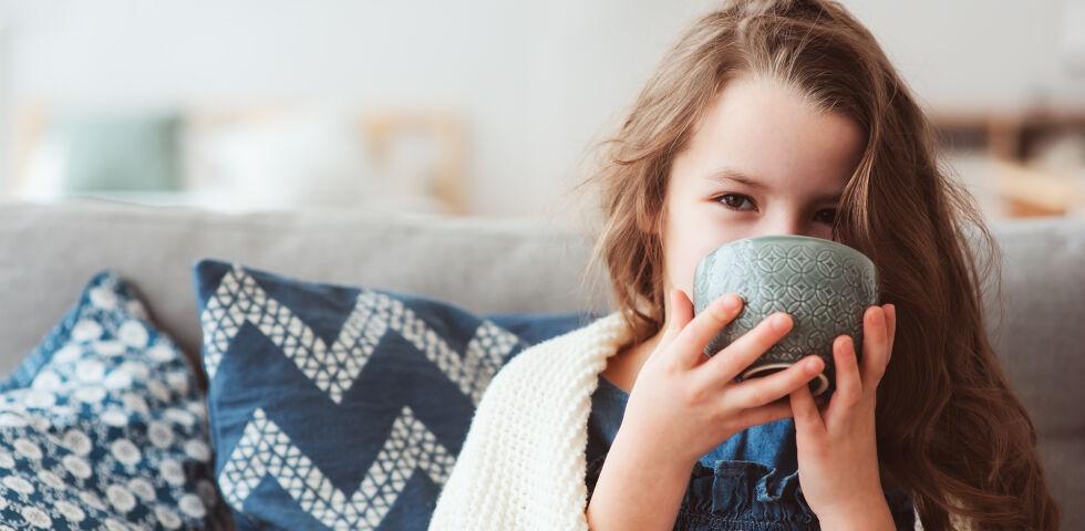 Kind Tee Erkältung - Kinder werden häufig von Erkältungen geplagt. Das liegt daran, dass ihr Immunsystem noch nicht ganz ausgereift ist. - © Shutterstock