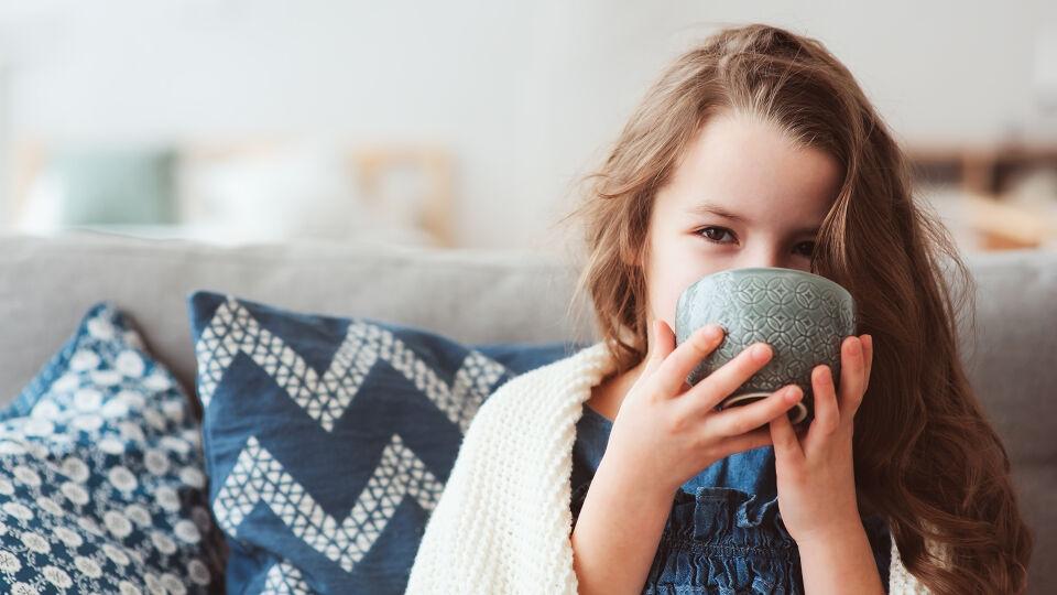 Kind Tee Erkältung - Für Kinder gibt es eigene Hustenmittel. Lassen Sie sich in der Apotheke auch eine kindgerechte Teemischung gegen Husten empfehlen. - © Shutterstock