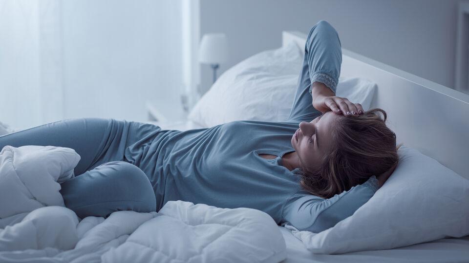 Müde erschöpfung - Eine Depression kann in jedem Alter auftreten und ist eine ernst zu nehmende Erkrankung, die sich durch eine gedrückte Stimmungslage, Interessen- und Antriebslosigkeit und verminderte Leistungsfähigkeit äußert. - © Shutterstock