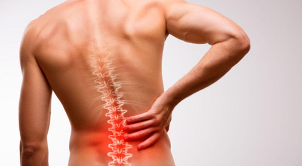 Mann Rückenschmerz_Wirbelsäule - © Shutterstock