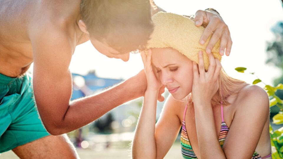 Sonnenstich Frau_Sonnenschutz - Nehmen Sie einen Sonnenstich ernst. - © Shutterstock