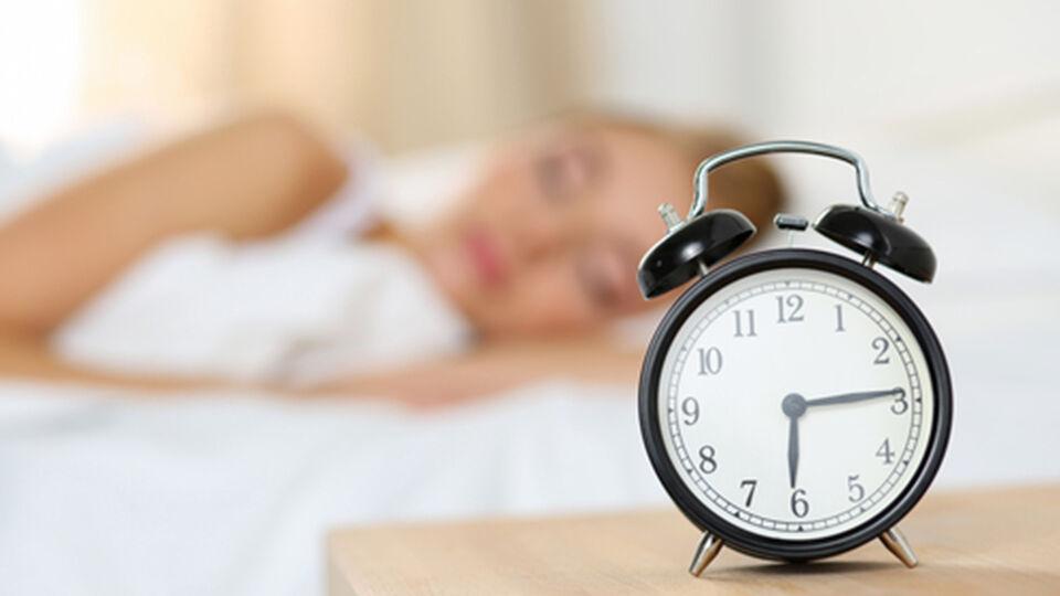 Schlaf Frau müde Wecker - © Shutterstock