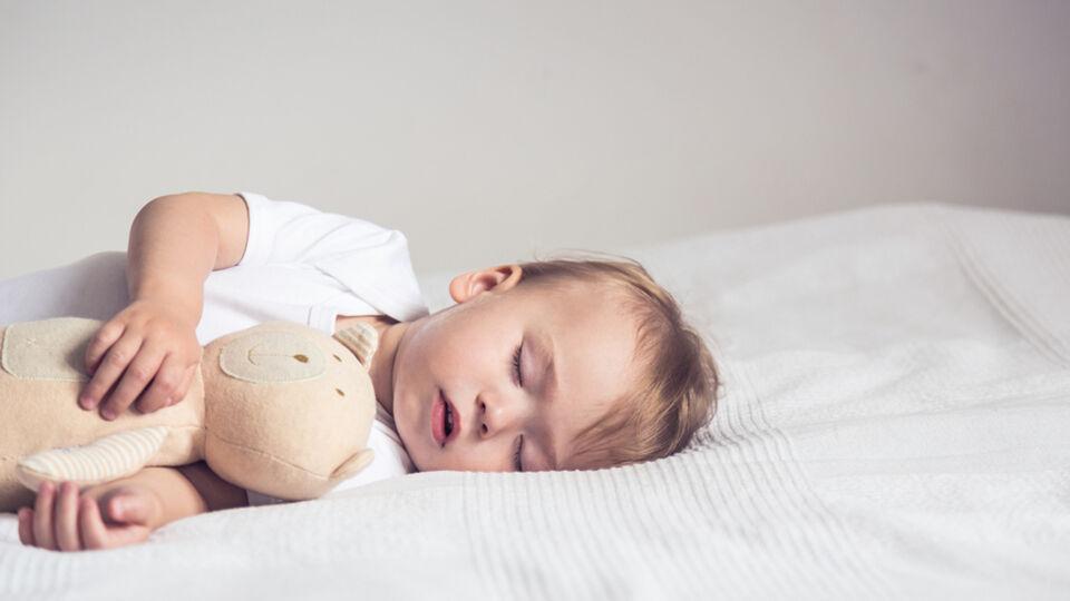 Schlaf_Baby - Säuglinge schlafen bis zu 18 Stunden am Tag. - © Shutterstock