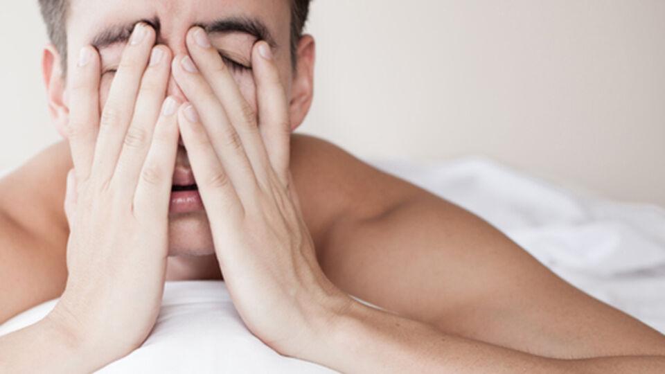 Schlaflos Mann Müde - © Shutterstock