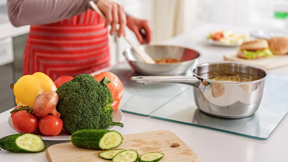 Essen_Gesund_Kochen_Vitamine - Kurz vor dem Schlafengehen sollten schwere Mahlzeiten gemieden werden. Besser: Leichte Gemüsegerichte und Suppen. - © Shutterstock