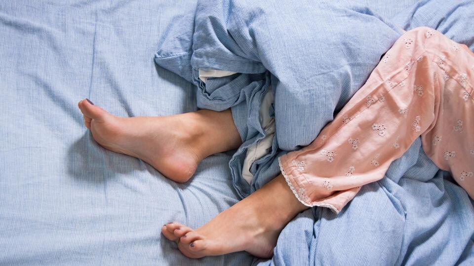 Schlaf_Restless-Legs-Syndrom - Beim Restless-Legs-Syndrom leiden Betroffene unter nächtlichen Beinschmerzen. - © Shutterstock