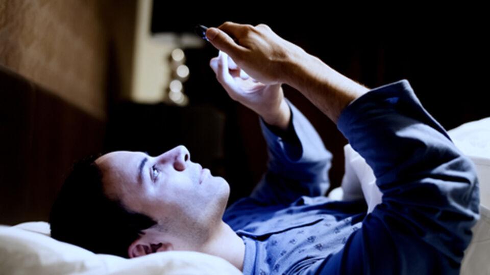 Schlaflos Mann Handy im Bett_blaues Licht - © Shutterstock