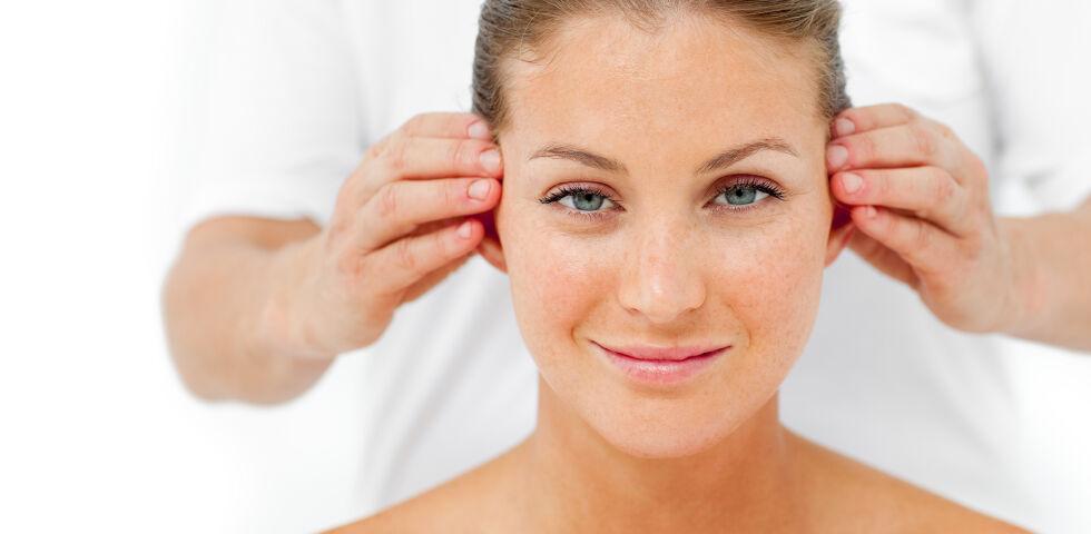 Kopfschmerz Kopfmassage - Sie können natürlich eine Selbstmassage durchführen. Übernimmt jedoch jemand anderer diese Aufgabe, ist es umso entspannender. - © Shutterstock