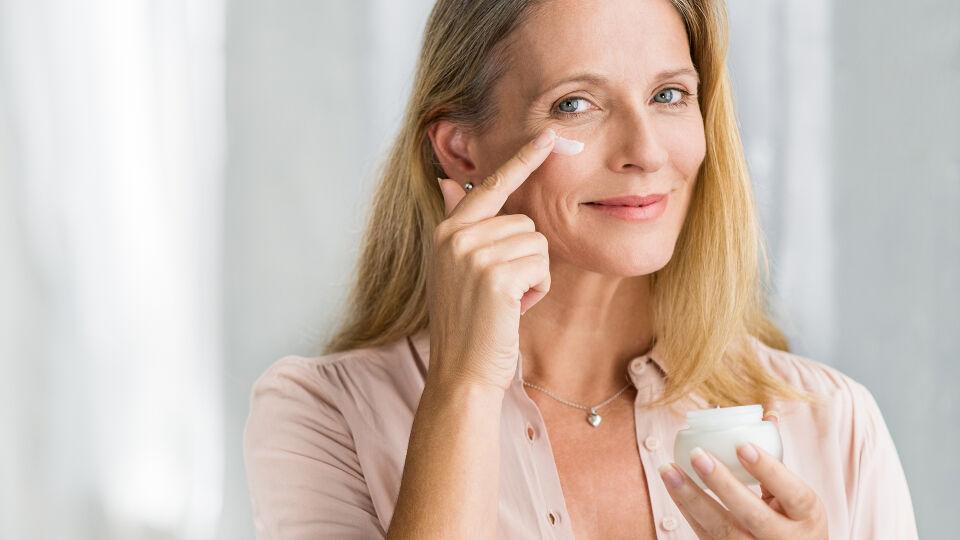 Frau Gesicht Pflege Kosmetik - © Shutterstock