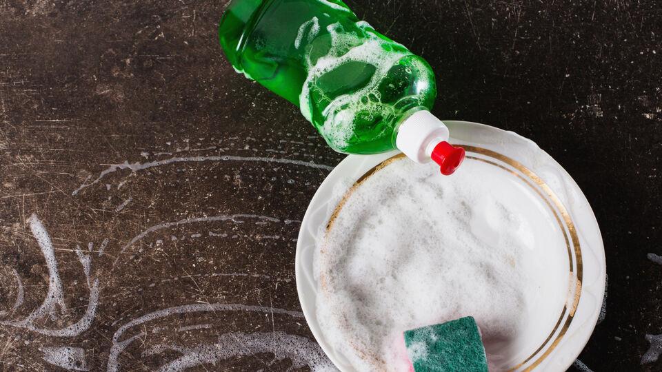 Spülmittel giftig - Bewahren Sie Reinigungsmittel immer unerreichbar für Kinder auf. - © Shutterstock