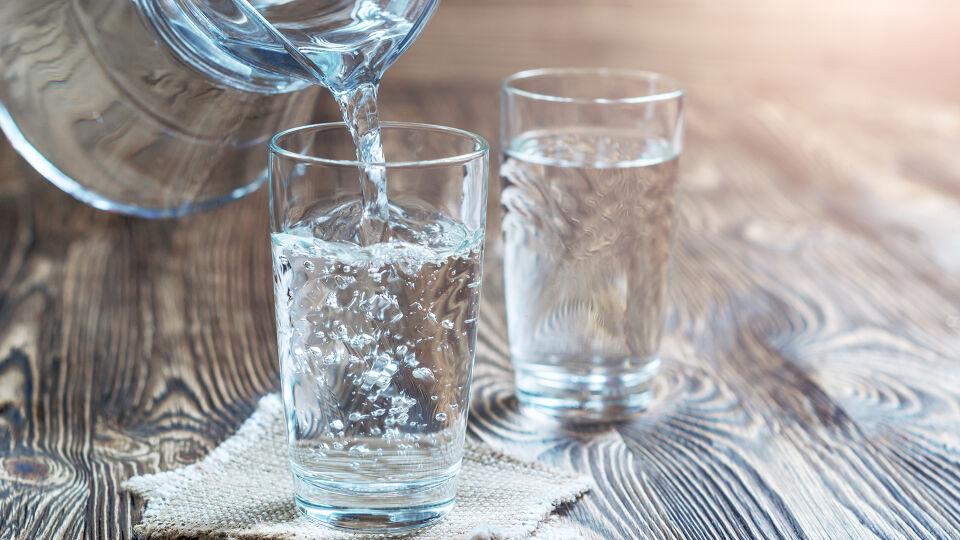 Wasser trinken Ernährung - Quelle des Lebens: Wasser. - © Shutterstock
