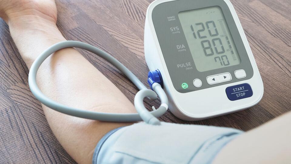 Blutdruck messen 2 - Der Blutdruck sollte immer im Ruhezustand und im Sitzen gemessen werden. - © Shutterstock