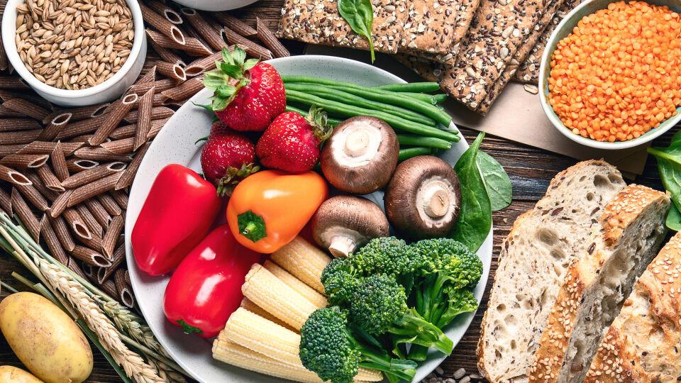 Ballaststoffe Ernährung - Ballaststoffreiche Lebensmittel sorgen für ein langanhaltendes Sättigungsgefühl, für einen stabilen Blutzuckerspiegel und sie unterstützen unsere Darmtätigkeit. - © Shutterstock