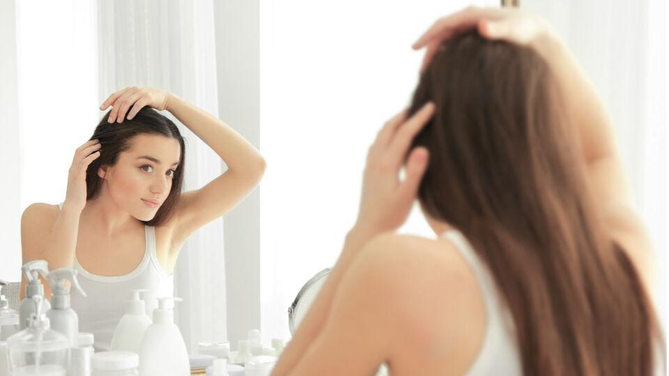 Haarausfall - Tritt Haarverlust ein, sollte manauf seine Lebensgewohnheiten achten und beispielsweise auf Gifte wieNikotin verzichten, sich ausgewogen ernähren und regelmäßig bewegen. - © Shutterstock