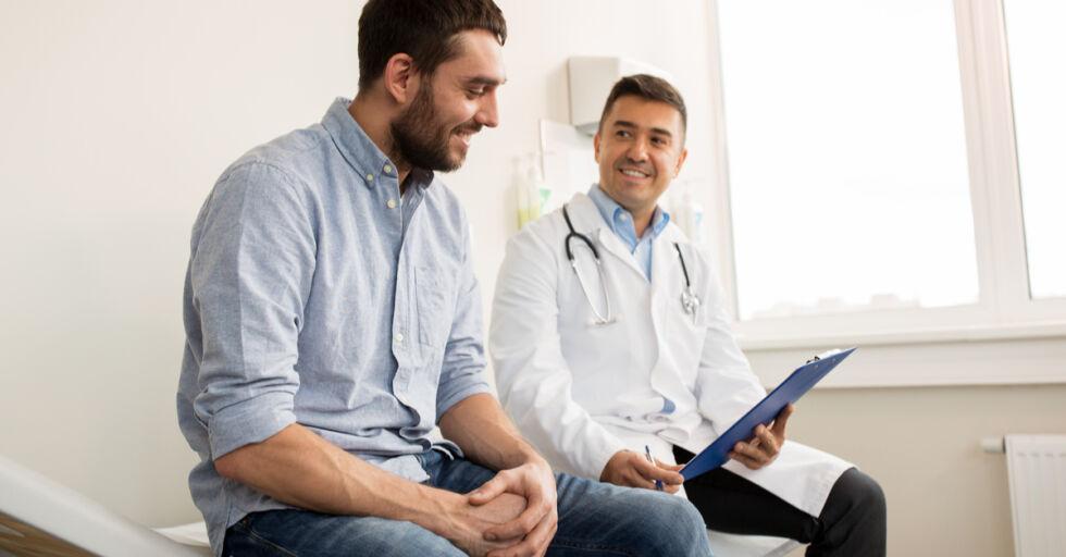 Arzt Patient Gespräch Untersuchung - © Shutterstock