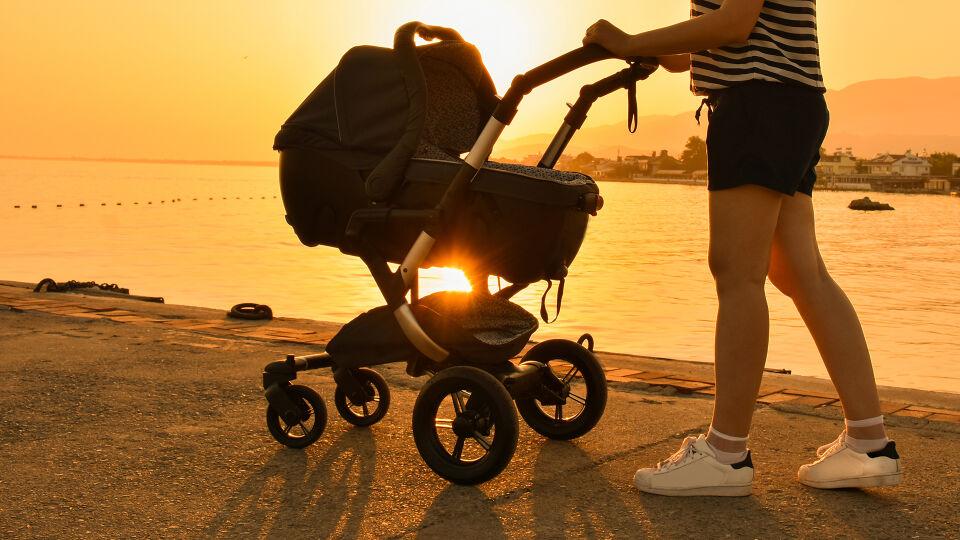 Kinderwagen Sonne - Kinder brauchen Schutz vor direkter Sonne. Sonnenbrände gilt es zu vermeiden. - © Shutterstock