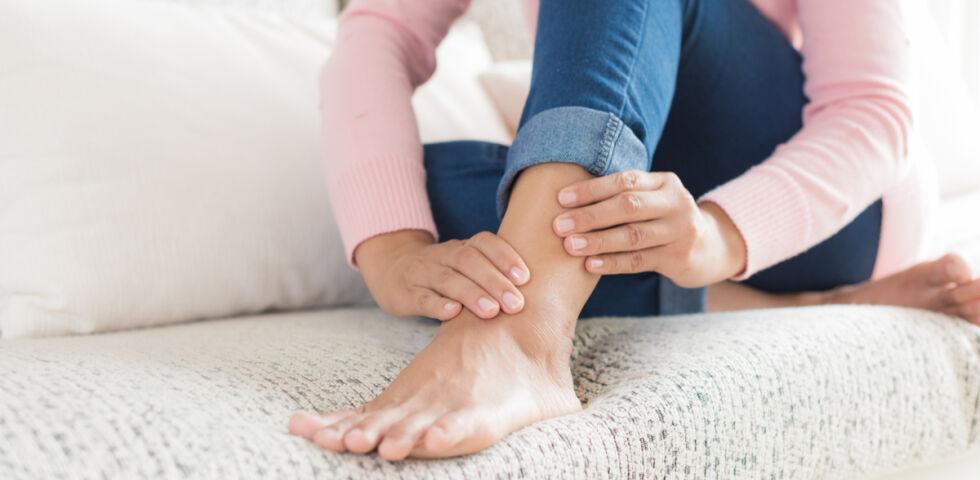 Muskelkrampf Fuß massieren - © Shutterstock