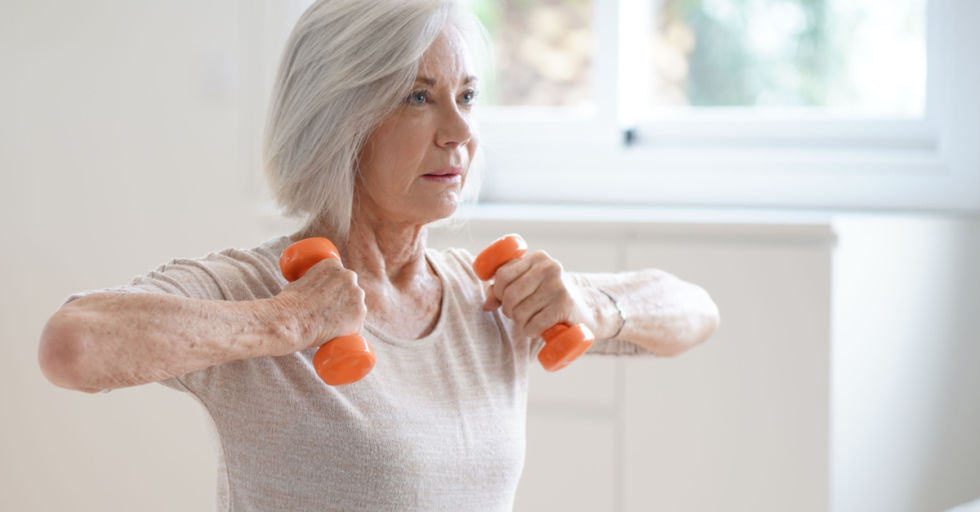Seniorin Arme Hanteln Muskeln - © Shutterstock
