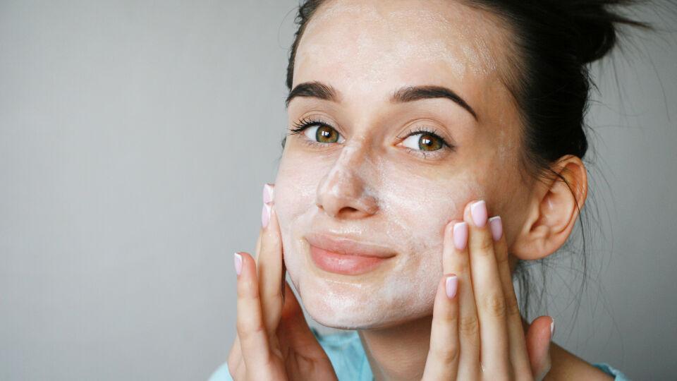 Gesichtsreinigung Kosmetik 2 - © Shutterstock