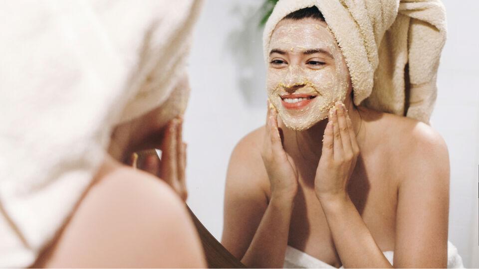Gesichtsreinigung Peeling Kosmetik - © Shutterstock