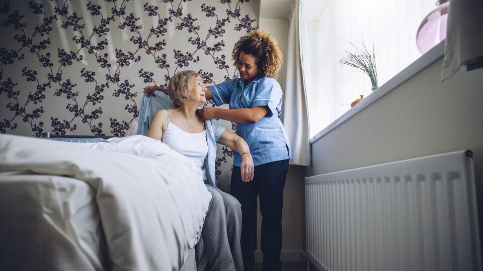 Senior Pflege - © Shutterstock