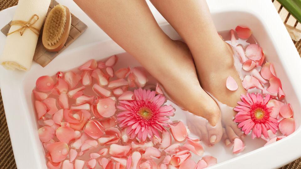 Füße Fußbad Fußgesundheit - Vor der Anwendung des Hühneraugen-Pflasters oder einer speziellen Tinktur ist ein Fußbad zu empfehlen. - © Shutterstock
