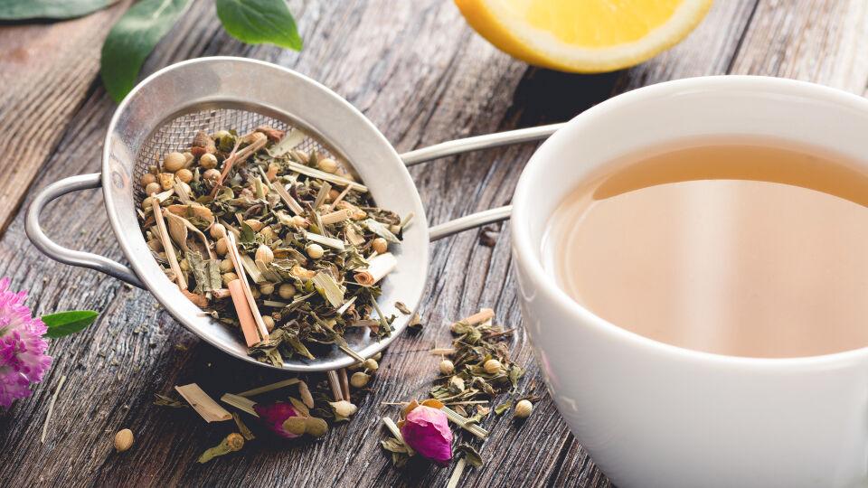 Tee Kräutertee - Es gibt mehrere Heilpflanzen, die harntreibend und antibakteriell wirken. Bei einem Harnwegsinfekt werden sie meist in Form eines Tees eingenommen. - © Shutterstock