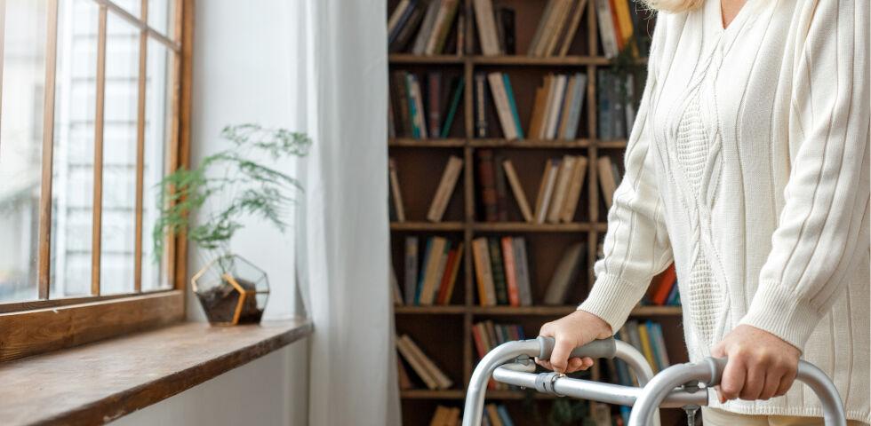 Seniorin Barrierefrei Rollator - © Shutterstock