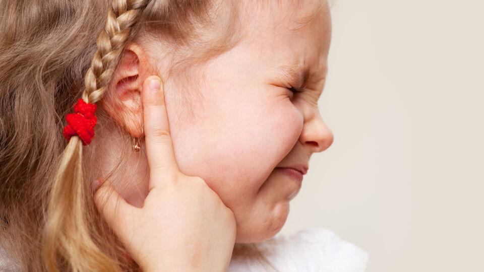 Ohrschmerzen Otitis Kind - Eine bakterielle Mittelohrentzündung wird überwiegend durch Pneumokokken, Streptokokken, Haemophilus influenzae und durch Staphylokokken verursacht. - © Shutterstock
