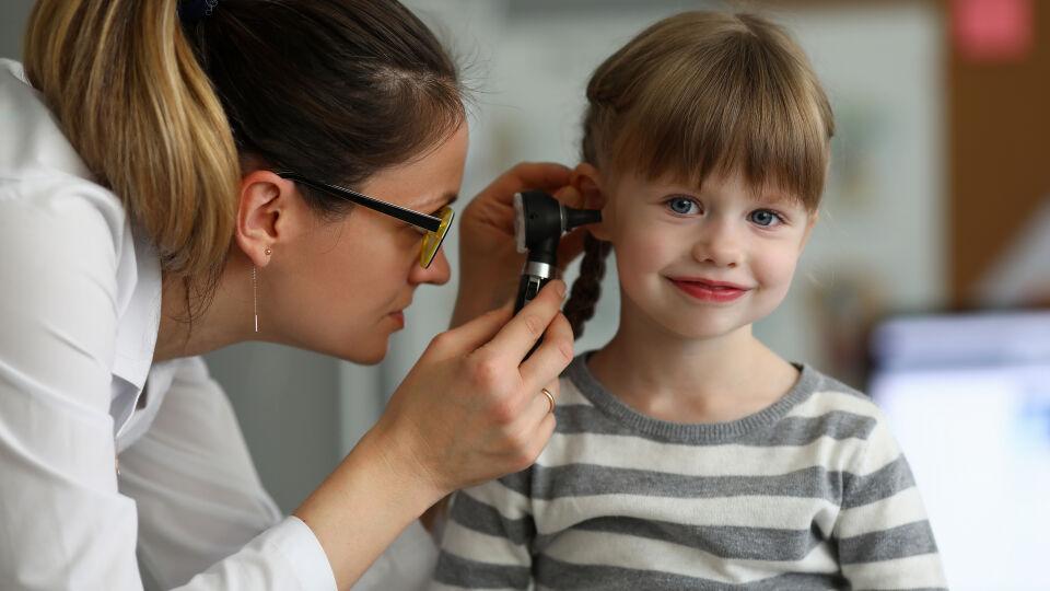 Ohrschmerzen Arzt HNO Kind - Wenn Ihr Kind über Ohrenschmerzen klagt, sollte es dem Kinder- oder HNO-Arzt vorgestellt werden – ganz besonders dann, wenn die Schmerzen von Fieber begleitet werden. - © Shutterstock