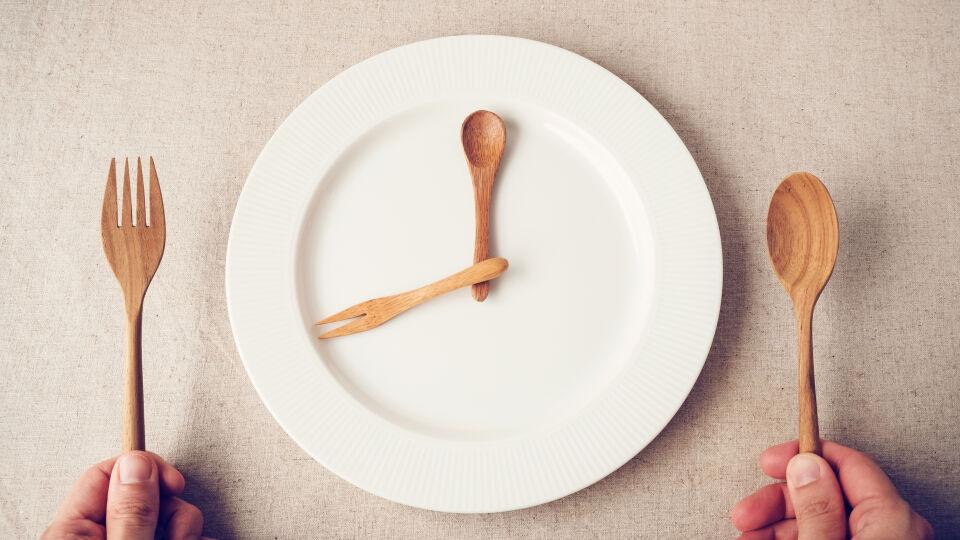 Fasten Ernährung - Beim Intervallfasten kann man sich aussuchen, ob man täglich für einige Stunden auf Essen verzichtet oder wöchentlich Fastentage einlegt. - © Shutterstock