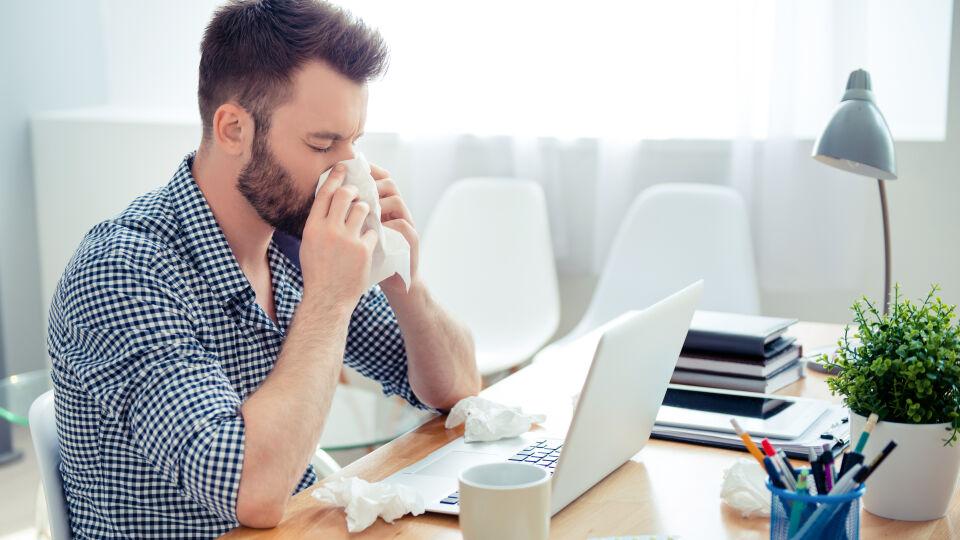 Naseputzen schnäuzen Erkältung Taschentuch - Werfen Sie benutzte Taschentücher lieber selbst weg, damit sich Ihre Mitmenschen nicht anstecken. - © Shutterstock