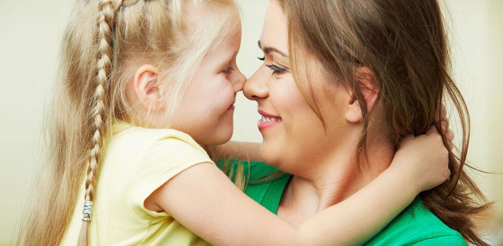 Mutter Tochter glücklich - Bettnässen ist sowohl für die Kinder, als auch für die Eltern belastend. Wichtig zu wissen ist: Man kann vieles dagegen tun. - © Shutterstock
