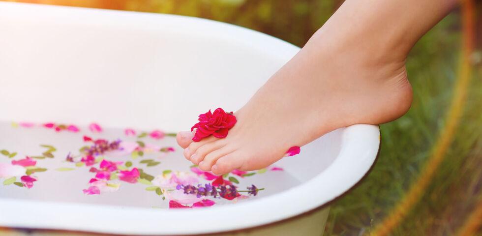 Badewanne Füße - Fußbäder mit ätherischen Ölen oder anderen Zusätzen wirken beruhigend und kühlend. Zudem wirken Fußbäder dem Schweißgeruch entgegen. - © Shutterstock