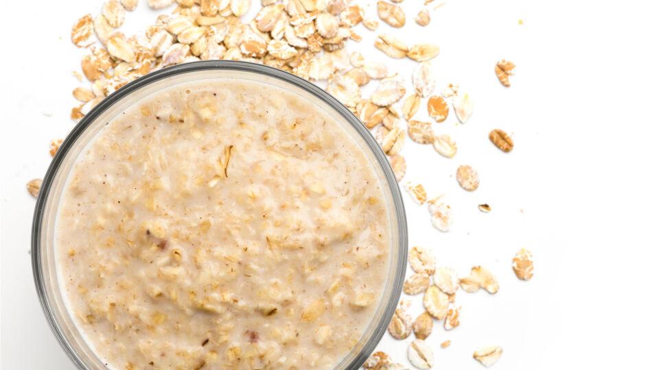 Ernährung Hafer - Das gekochte Getreide Ihrer Wahl kann mit Obst, Kräutern, Gewürzen oder gedünstetem Gemüse ergänzt werden. - © Shutterstock