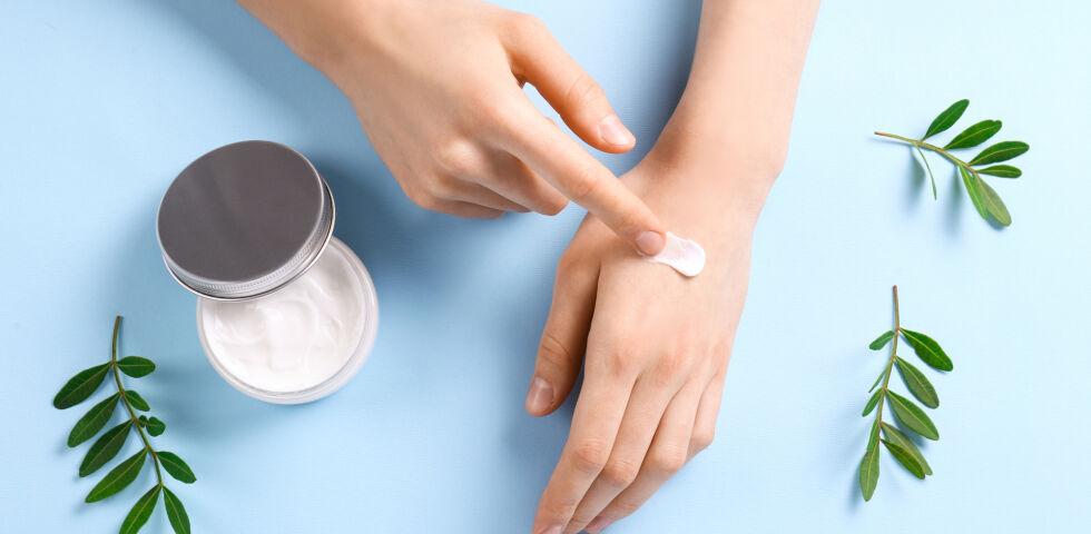 Hautcreme 2 - Creme, Salbe und Gel unterscheiden sich in ihrer Basis. - © Shutterstock