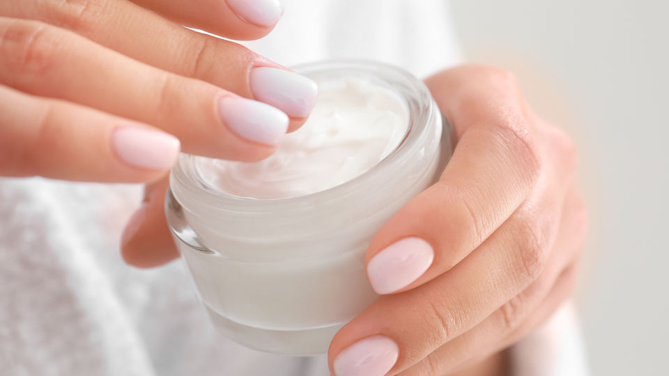 Hautcreme - Cremes bestehen aus einem fetten und einem wässrigen Teil. Die jeweiligen Anteile können variieren. - © Shutterstock