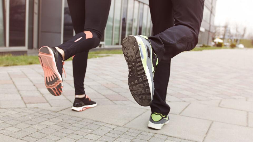 Laufen Sport Laufschuhe - Besonders Konditionssportarten wie Joggen, Walken, Fahrradfahren, Schwimmen oder Tanzen tun dem Kreislauf gut. - © Shutterstock