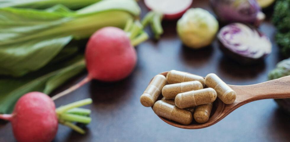 Nahrungsergänzungsmittel Ernährung Vitamine - Manchmal müssen die notwendigen Mikronährstoffe in Form von Kapseln konsumiert werden, um Mangelerscheinungen vorzubeugen. - © Shutterstock