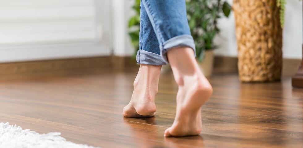 Füße barfuss holzboden - Meistens treten infektiöse Warzen an den Füßen, Fingern oder am Ellenbogen auf. Grundsätzlich können sie aber am ganzen Körper erscheinen. - © Shutterstock