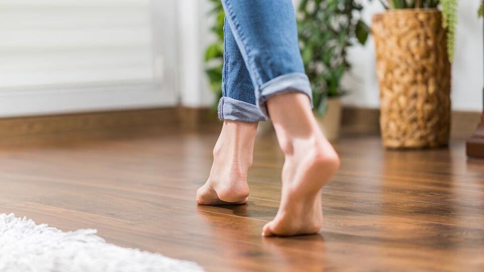 Füße barfuss holzboden - © Shutterstock