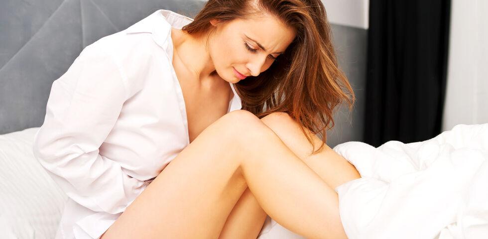 Frau Bauchkrämpfe PMS - Die mit der Krankheit verbundenen Symptome können Betroffene massiv in ihrer Lebensqualität einschränken. - © Shutterstock