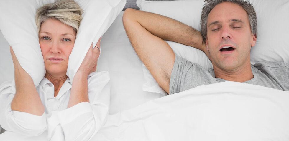Schnarchen Schlaf - Schnarchen belastet oft nicht nur den Betroffenen, sondern auch den Partner. - © Shutterstock