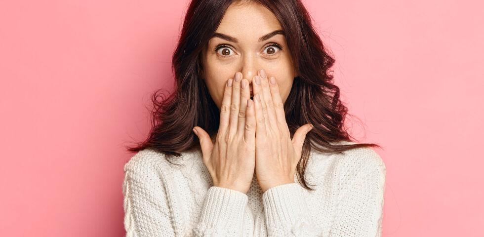 Überraschte Frau - Mundgeruch ist vielen peinlich. - © Shutterstock