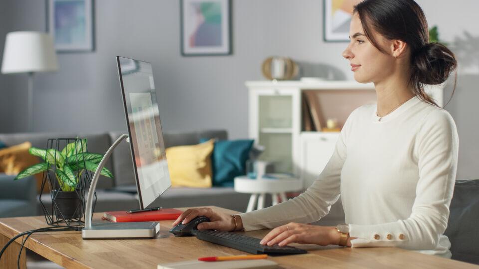 Home office Frau arbeitet von zuhause aus - Richten Sie sich zuhause einen Arbeitsplatz ein, der auf Ihre Bedürfnisse abgestimmt ist. - © Shutterstock
