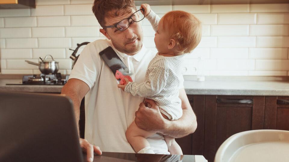 Home office Vater und Kleinkind - Home-Office und Kinderbetreuung: Für viele Familien gestaltet sich der Alltag derzeit nicht einfach. - © Shutterstock
