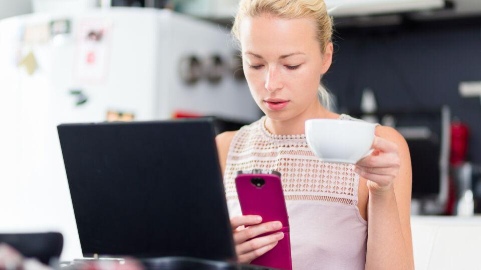 home office Multitasking ist anstrengend - Multitasking führt auf Dauer zu Stress. Um zuhause konzentriert arbeiten zu können, sollte man Ablenkungen ganz bewusst vermeiden. - © Shutterstock