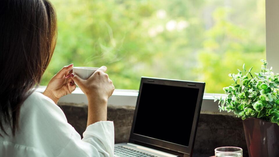 Home office Frau macht Pause und schaut aus dem Fenster - Bildschirmarbeit strengt unsere Augen an. Ein Blick in die Ferne hilft. - © Shutterstock