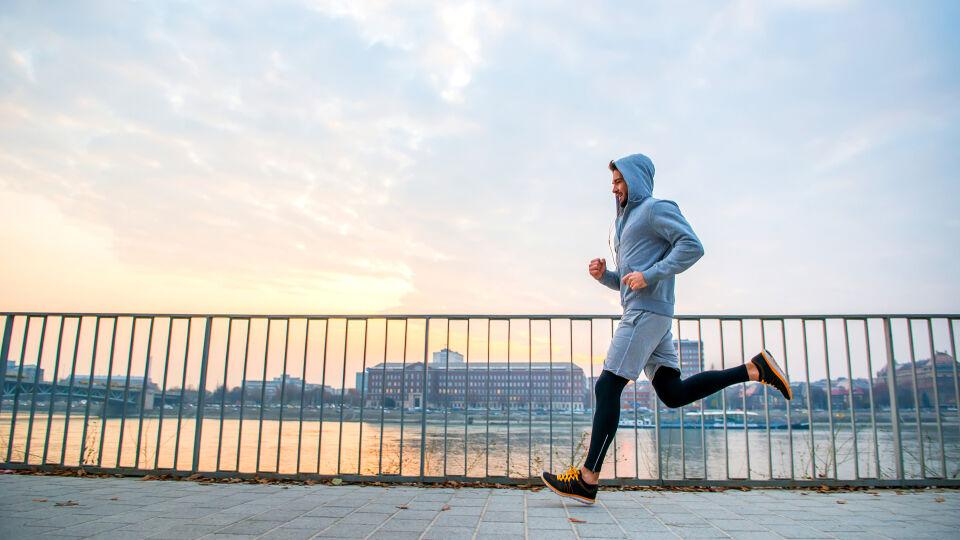 Sport Mann joggt über Brücke - Dieser Tage läuft jeder für sich allein. Verzichten muss man aber nicht darauf. - © Shutterstock
