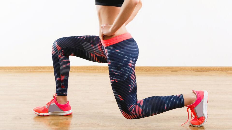 Sport Frau macht Sit-ups - Ein Klassiker unter den Fitnessübungen: der Ausfallschritt - © Shutterstock